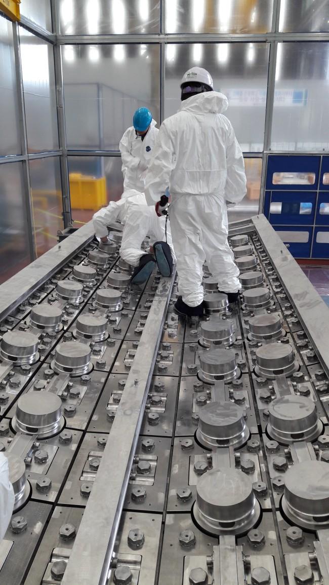 초대형 진공용기를 구성하는 부품 중 하나인 격벽차폐체를 연구진이 육안 검사를 실시하고 있다.[제공=국가핵융합연구소]