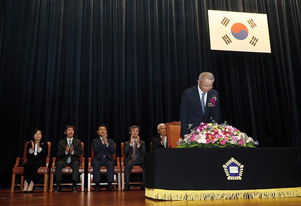 ⓒ연합뉴스 2017년 9월22일 양승태 대법원장이 서울 서초동 대법원에서 열린 퇴임식에서 퇴임 인사를 하고 있다. 그는 '재판 거래' 의혹의 당사자다.