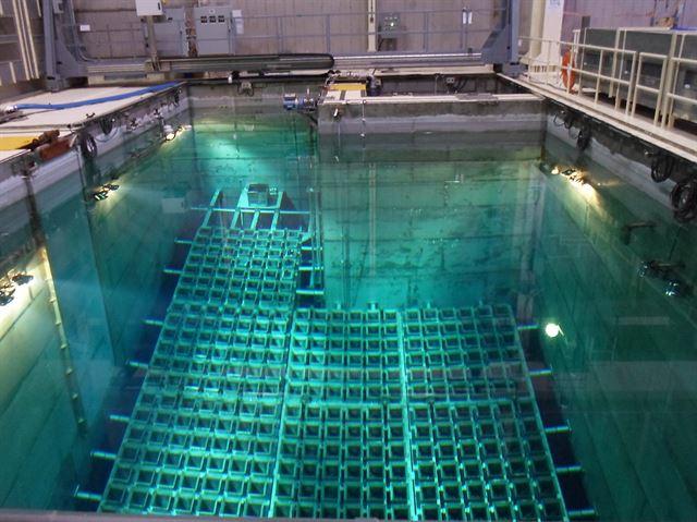 부산 기장군 고리 원자력발전소 1호기의 사용후핵연료가 임시저장시설(수조) 안에 보관돼 있는 모습. 한국수력원자력 제공