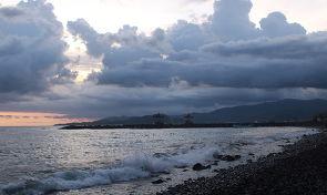 돌자갈 소리가 매력적인 인도네시아 해변
