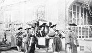 궁궐을 방문하기 위해 가마를 타고 이탈리아 영사관을 나서는 로제티의 모습