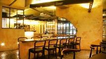 빛바랜 색감으로 완성된 빈티지 카페 이미지