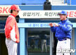 [사진]김용희-류중일 감독, '오늘은 에이스 대결'