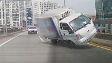 불특정 다수의 생명을 위협하는 과적 트럭 전복사고!