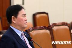 최경환, 검찰에 기습 출석..중진공 채용 외압 의혹