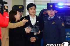 이영선 靑행정관 재출석..차명폰·최순실 질문에 침묵