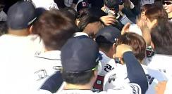 '더그아웃은 축제 분위기' 김현수 스리런포 작렬 / 6회말