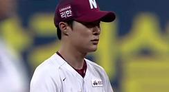 김하성, 병살 이끌어 낸 완벽한 백핸드 토스 / 2회초