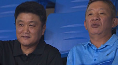 허재 감독과 담소를 나누는 유도훈 감독 / 1쿼터