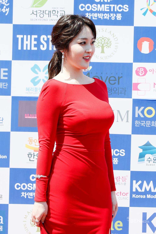 신아영 빨간색 드레스