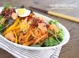 묵은지가 들어가는 한국식 샐러드 스타일의 연어 비빔 국수