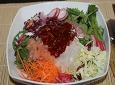 싱싱한 생선과 야채의 회덮밥