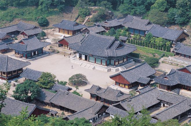 송광사 전경. 송광사는 우리 나라에서 규모가 제일 큰 절로 여러 국사를 배출했으며, 많은 문화재가 남아 있다.