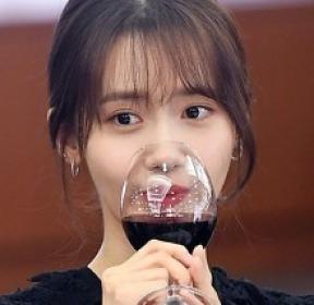 윤아 '와인을 마셔도 예쁨'