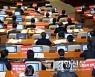 [경향포토]국회 본회의장서 탄핵 촉구하는 민주당 의원들