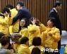 [포토]박근혜 탄핵안 가결, 눈물 흘리는 세월호 유가족