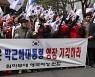 """자택 앞 지지자들 """"영장 기각하라""""..취재진 위협도"""