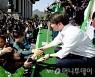 [사진]지지자들 손잡는 안철수 후보