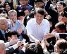 [사진]안철수 후보, 지지자들 손잡고 인사