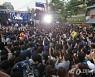[사진]신촌 거리 가득메운 문재인 후보 지지자들
