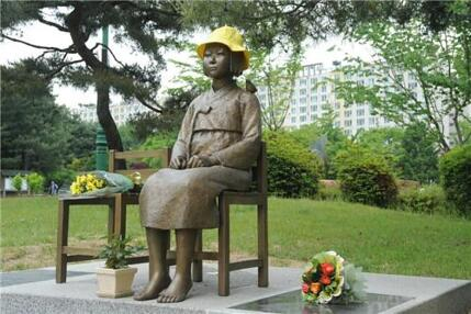 水原市グォンソンドンオリンピック公園に2014年に設置さ平和の少女像。
