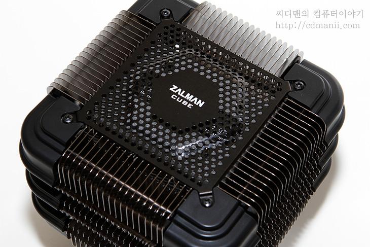 잘만 FX100 Cube 사용기, 잘만, ZALMAN, FX100 Cube, FX100, FX 100, 패시브 무소음 CPU 쿨러, 무소음 CPU 쿨러, FX100 사용기, FX100 Cube 사용기, 저소음, 노팬, 히트파이프 10개, 히트파이프, IT, 리뷰, 후기, 사용기, 제품, CES2013 사용기,잘만 FX100 Cube 사용을 하면 CPU 쿨러의 소음을 없앨 수 있습니다. 무소음 또는 저소음 컴퓨터를 만들려는 분들이 많이 있는데요. 그런 용도로 이용될 때 괜찮은 쿨러이죠. 잘만 FX100 Cube 사용시 기존 팬이 있는 쿨러만큼의 성능을 유지하면서도 소음은 완전히 없앨 수 있으니 괜찮더군요. 물론 FX100을 사용 해보고 성능부분에 대한것은 아래에서 알아볼겁니다. 참고로 이런 용도로 나온 CPU쿨러는 이미 있던 상태였지만, 잘만 FX100 Cube 경우에는 히트파이프 10개를 이용해서 CPU 열원에서 히트싱크로의 열전달을 최대로 늘린 패시브 무소음 CPU 쿨러입니다. 그리고 사각형의 모양으로 만들고 비대칭형으로 만들어서 간섭도 최대로 줄인 제품입니다.  이미 이런 용도로 나온 노팬 쿨러 보다 크기 때문에 효용성이 더 높습니다. 그래픽카드와의 간섭도 없으니까요. 성능부분은 제가 비교해본건 아니지만, 이미 나와있는 결과로 보면 잘만 FX100 Cube가 조금 더 좋은 수준을 보여주고 있네요. CES2013 혁신상도 받은 쿨러이기도 한데요. 저는 이 쿨러를 이용해서 제 컴퓨터의 소음을 무소음으로 만들어보고 인코딩 테스트를 통해서 열이 어느정도까지 올라가서 고정되는지 알아보려고 합니다.