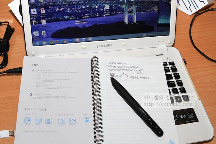 전자펜 ADP-601, 펜제너레이션 설치, 펜제너레이션 ADP-601, 설치, 방법, 설정, 블루투스, 사용기, 후기, 리뷰, IT, 공책, 특별한, 무늬, 위치, 인식, 태블릿, 스마트폰, PC, 노트북, Digital pen, 디지털펜, ADP-601,전자펜 ADP-601 펜제너레이션 설치를 하고 사용해봤습니다. 블루투스 형식으로 된 마우스를 대신하는 펜마우스는 써봤지만 이건 좀 다른 형태의 전자펜이네요. ADP-601로 기본으로 제공하는 공책에 글을 써보면 적은 내용이 기록이 됩니다. 기록은 전자펜 ADP-601 내부에도 되고, 실시간으로 컴퓨터나 노트북에 전송할 수 도 있습니다. 물론 스마트폰에도 가능합니다. 제가 지금부터 열심히 설명하긴 하겠지만 잘 이해가 안되시는 분들은 맨 아래에 동영상을 보시기 바랍니다. 아마도 바로 이해를 하실듯하네요.  펜제너레이션 전자펜 ADP-601은 이럴때 사용할 수 있습니다. 회의시간에 태블릿이나 스마트폰에 입력할 수 도 있겠지만 노트를 들고가서 기록하는 분들도 있죠. 아무래도 복잡한 도형을 그려넣거나 표기하거나 글을 입력할때에는 실제로 펜을 들고 필기를 하는게 편하기 때문입니다. 이때 이 전자펜을 이용하면 노트하나에 펜만들고가서 필기를 하면 공책에 볼펜으로 표기를 하고 그리고 이렇게 입력한 기록을 컴퓨터나 스마트폰으로도 옮겨올 수 있습니다.  물론, 노트북에 타블렛을 연결해서 그려도 되겠지만, 이 전자펜의 특징이라면 노트에 기록이 먼저되고 이것을 옮겨갈 수 있다는게 특징이 되겠네요.