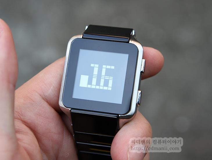키사이 로고, Kisai LOGO, KISAI, 키사이, 후기, 사용기, 리뷰, 패션시계, 제품, IT, 시간, 특이한 시계, 특이한, 독특한,키사이 로고 Kisai LOGO는 사각형의 모양에 사각이미지를 사용하여 시 분을 나타내는 독특한 시계입니다. 색상은 블랙 블루 화이트 세가지 색사이 있습니다. 처음에 사진으로 키사이 로고를 봤을 때 검은색 배경에 은색의 글자가 있어서 너무 이뻐보였는데요. 근데 실제로 보니 글자가 약간 어둡긴 하네요. 다만 실외에서는 빛에 반사되면 선명하게 보이긴 합니다. 실내에서만 약간 아쉽네요. 키사이 온라인처럼 평상시에 글자가 선명하게 보이면 더 좋겠다는 생각은 살짝 들었습니다. 아래부분에 동영상도 있으니 키사이 로고 모양을 사진과 잘 비교해서 보시기 바랍니다.