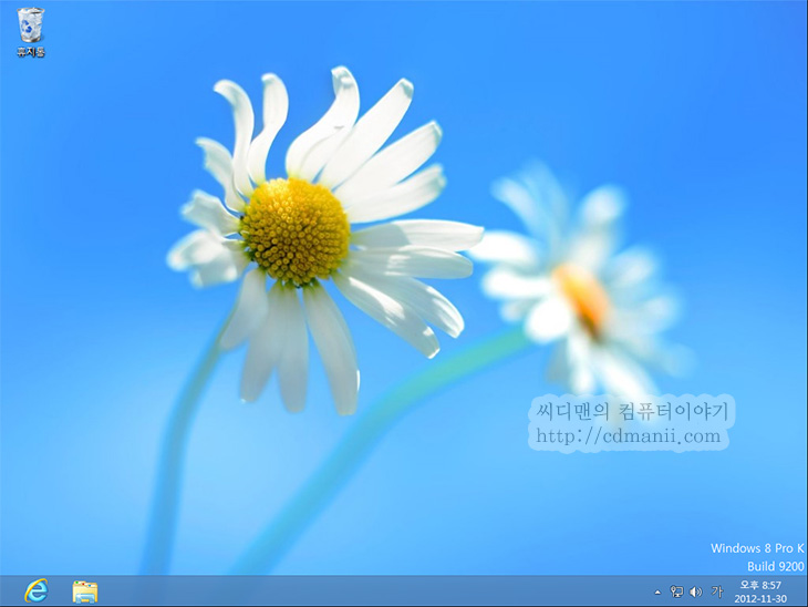윈도우8 데스크탑모드, 윈도우8 데스크탑모드 바로 들어가기, 윈도우8 데스크탑모드 바로, Windows 8 Desktop, Windows8 Desktop, win8 desktop, IT, 리뷰, 윈도우8, 마이크로소프트, Microsoft, 개선편, 윈도우8 팁, 윈도우8 데스크탑모드 바로 들어가기 개선편을 소개 합니다. 예약 스케줄러로 해결하려니 한가지 문제가 있었네요. explorer를 아이콘을 불러오는 과정에서 실행되면서 라이브러리 창이 떠버리는 문제가 있었습니다. 이번 윈도우8 데스크탑모드 바로 들어가기는 이 문제를 해결한 버전입니다. 다만 가끔 시스템이 느리면 약간 늦게 데스크탑모드로 전환되는건 어쩔 수 없네요. 다만 지금 나와있는 시작프로그램에 바탕화면보기를 넣거나 작업스케쥴러로 실행하는 방법보다는 가장 빠르고 정확하긴 하네요. 물론 가장 좋은것은 마이크로소프트에서 직접 이부분을 선택할 수 있도록 해주면 좋을듯한데요. 근데 가장 핵심 되는 부분이 윈도우8 시작화면인만큼 바꾸지 않으려고 하는건 어쩔 수 없는듯하네요. 다만 개인적인 생각으로는 선택이 가능해야한다고 봅니다. 시작화면은 데스크탑화면에서 시작화면으로 전환하는 비율이 더 높을것이기 때문이죠.