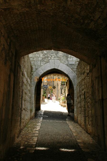 터널 같은 돌길을 지나면 마을이 나온다.