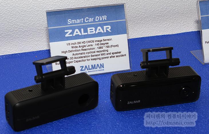 잘만테크 RESERATOR 3 MAX, RESERATOR 3 MAX, IT, Z3 PLUS, CNPS2X, 잘만 올인원, FX100, ZM-N52000, ZM-M20IR, SIGNAL CATCHER, ZALBAR, HD-1000 셋톱박스, 잘만, ZALMAN, 잘만테크,잘만테크 RESERATOR 3 MAX를 컴퓨텍스 2013에서 보고 왔습니다. 지금 이미 잘만테크 ZM-LQ320 를 쓰고 있는데 또 신제품이 나오는군요. 이야기를 들어보니 아직 색상 부분은 변경이 있을수도 있을듯하더군요. 잘만테크 RESERATOR 3 MAX는 기존에 라디에이터 부분을 좀 모양을 바꾼 형태를 하고 있습니다. 사각형의 라디에이터에 팬을 붙여서 냉각핀 사이에 공기를 보내 열을 대기 온도까지 낮추는 형태에서 벗어나 잘만테크의 공냉쿨러에서부터 사용했던 플래워 냉각핀 형태를 라디에이터에도 접목시킨 형태의 수냉 일체형 킷 입니다. 잘만테크 RESERATOR 3 MAX에는 호스가 꼭 공냉쿨러의 히트파이프 내로 들어가있는 형태를 하고 있습니다. 이 외에도 다양한 제품이 전시되었는데 살펴보도록 하죠.