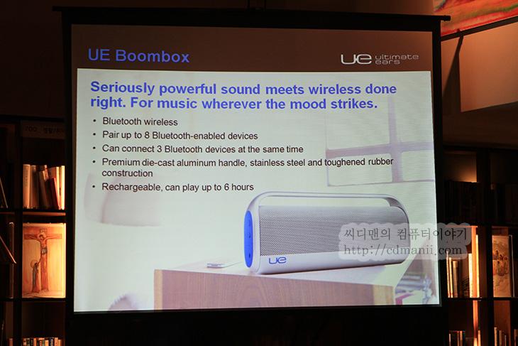 로지텍 UE9000 사용기, 로지텍 UE9000, UE9000, UE6000, UE4000, UE900, Boombox, Mobile Boombox, 로지텍 이어폰, 로지텍 헤드폰, 로지텍 해드폰, 헤드폰, IT, 음악, 음감, 청음기, 사운드,로지텍 UE9000 사용을 해보니 좋긴 하네요. 로지텍에서는 UE9000 UE6000 UE4000 UE900 BoomBox Mobile Boombox를 내어놓았습니다. 이번 간담회에서 저도 UE9000 사용을 해본 것 이구요. 악세서리 및 주변기기로 알려져있는 logitech 에서 이번에는 로지텍 UE9000 및 여러가지 사운드 관련 제품을 내어놓았습니다. 잠깐 만져본것이지만 그래도 외형이나 디자인도 궁금한 분들이 있을듯해서 동영상으로도 찍어 왔습니다. 한번 보시면 사용전에 어떤 느낌인지 알 수 있을듯합니다. 로지텍 UE9000은 디자인은 결합부를 금속을 써서 튼튼해보이고 조금 묵직한 느낌이 있는만큼 느낌이 좋더군요. 쿠션이 푹신해서 귀를 덮는 느낌도 좋았고 음차폐도 잘되고 음질도 괜찮았습니다. 물론 무선인만큼 선이 없는 편안함이 있겠죠. 충전도 5핀 마이크로USB 단자로 되어있어서 충전도 편할듯하구요. 물론 어딘가에 올려놓으면 자동으로 충전되거나 그런 시스템은 아니었지만요.  UE6000은 디자인을 좀 바꾸고 유선으로 되어있는 UE9000의 마이그레이션 버전인듯한 느낌이 들더군요. 조금은 더 가볍고 다만 디자인이나 쿠션느낌등은 UE9000과 크게 다르진 않았습니다. 특히 귀를 덮는 느낌이 좋았구요. 제 경우에는 안경을 쓰고 있는데도 괜찮더군요. UE4000은 조금 더 작은 크기로 되어있어서 휴대성이 괜찮아보이더군요. 다만 귀를 덮는 느낌이 귀에 올려지는듯한 느낌이었는데 차폐가 아주 잘되는건 아니었고 귀를 누르는듯한 느낌때문에 안경을 쓰고 있어서인지 약간 불편하더군요. 물론 좀 사용하다보면 귀를 누르는 힘이 조금 느슨해져서 편할듯하기도 하지만요. UE900과 BoomBox , Mobile BoomBox는 아래에서 조금 더 자세히 알아보죠.