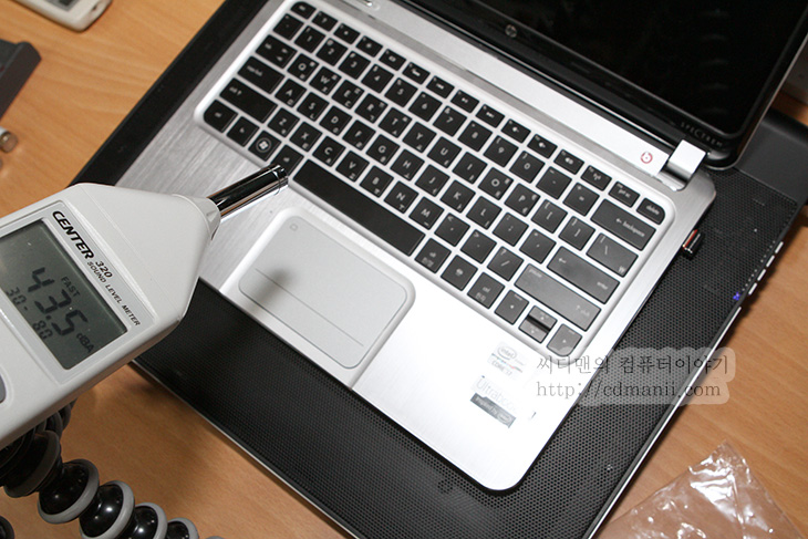 잘만 노트북 쿨러, 노트북 쿨러, ZM-NC3500 PLUS, 사용기, 소음, 성능, 쿨러, 쿨링, 노트북, 젠북, 젠북 프라임, 아수스, 온도, Center-320, ZM-MFC3, IT, NoteBook,잘만 노트북 쿨러 ZM-NC3500 PLUS를 사용해보니 좀 크기가 크네요. 대신 220mm의 대형팬을 1개 장착해서 풍량도 어느정도 괜찮은편이고 특이하게 이 ZM-NC3500 PLUS 노트북 쿨러는 스피커도 내장하고 있습니다. USB 연결만으로 USB 스피커 역할도 함께하죠. 음질은 최대 음량에서는 좀 너무 울리는 느낌은 있지만 약간 낮춰서 쓰니 쓸만하더군요. 노트북의 스피커의 음량이 부족할때에는 쓸만했습니다.  이번 노트북 쿨러 테스트에서는 실제로 아수스 젠북 프라임을 테스트 모델로 두고 게임을 통해서 최대로 열을 올려놓은상태에서 온도를 확인하고 노트북 쿨러를 통해서 얼마나 온도가 떨어지는지 테스트를 해볼것입니다. 물론 노트북 쿨러를 장착한다고해서 무조건 온도가 훅 떨어지는건 아닙니다. 노트북은 기본적으로는 아래부분이 밀폐된 형태를 하고 있기 때문이죠. 이불 덮고 있는 사람에게 아무리 선풍기를 강풍으로 놓고 쐬어줘도 춥다고 느끼기 쉽지 않죠.  다만 이번 젠북 프라임을 테스트 모델로 둔 이유는 아래부분이 알루미늄 판이기 때문에 하판의 온도 하강으로 얼마나 온도 하락에서 이득을 볼까 궁금해서 입니다. 그럼 이 노트북 쿨러의 특징 및 성능에 대해서 확인해보도록 하죠.