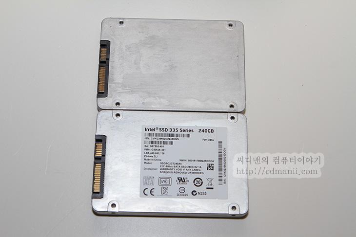 인텔 SSD 335 Series 240GB, 인텔, SSD 335, 335 Series, 335 시리즈, 240GB, 사용기, 후기, IT, 리뷰, 제품, SSD, NAND, 20nm, 25nm, 공정, S-ATA3, S-ATA, intel, 윈도우8, 복사속도, 전송속도, 읽기, 쓰기, 실제 속도, AS SSD, 크리스탈디스크마크, 인텔 335 크리스탈디스크마크, 인텔 335 벤치마크,인텔 SSD 335 Series 240GB 사용 전에 저는 330 시리즈를 쓰고 있었습니다. 330 시리즈의 후속버전으로 변경된 부분은 20nm 낸드 플래시를 탑재한것이 특징입니다. 인텔 SSD 335 Series 240GB의 공정이 더 정밀해지면서 얻어지는 이득은 가격이 좀 더 저렴해질 수 있다는점인데요. 그외에는 사실 수명 부분은 오히려 낮아질 수 도 있는 문제가 있으나 인텔에서 말하기로는 기존 25nm 세대와 동일한 성능을 제공한다고 합니다. 이제 SSD의 성능은 올라갈대로 올라간 상태이긴 합니다. 벤치상으로는 점수차이가 분명 나지만 파일을 복사하는것 외에 실제로 운영체제용으로 사용할 때에는 체감이 많이 느껴지지 않는게 사실이니까요. 물론 S-ATA2때 이미 이 벽은 깨진듯합니다. S-ATA3로 넘어오면서 정말 쓸만해졌으니까요. 인텔 SSD 335 Series 240GB를 써보니 읽기 속도는 꽤 괜찮더군요. 4K 속도와 512K 의 속도도 상당히 괜찮아 운영체제용으로는 괜찮겠더군요.  근데 실제로 인텔 SSD 335 Series 240GB를 사용해보면서 처음에 컨트롤러의 문제인지 운영체제의 문제인지 다운이 몇번 되어서 좀 고생을 했습니다. 컨트롤러 특성을 좀 타는듯했습니다. 이번에 다시 벤치마크를 하면서 윈도우8 운영체제를 다시 설치했고 인텔 컨트롤러에 직접 연결해서 테스트를 했습니다. 지금은 문제가 없긴한데. 만약 문제가 있는 분들은 다른 컨트롤러에 연결해서 테스트를 해보면 좋을듯합니다. 물론 인텔이니 펌업도 자주 나와줄것으로 생각합니다.