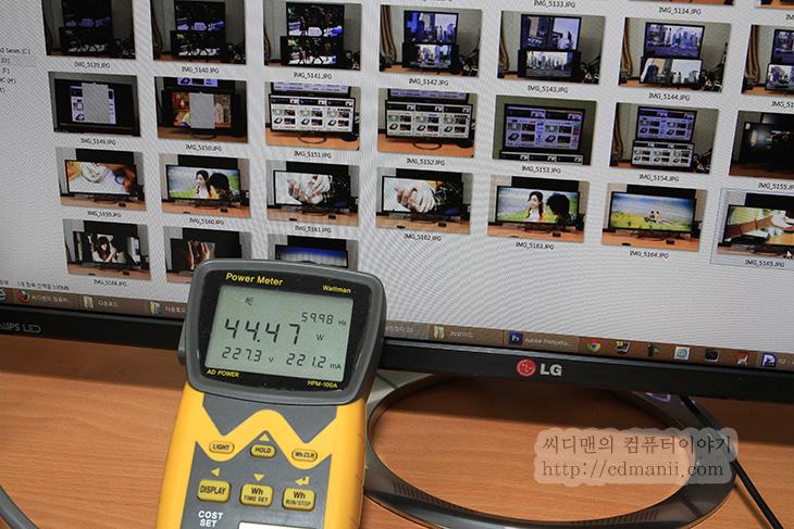 29EA93 사용기, LG 29EA93, LG IPS, 21:9, 비율, IT, 모니터, 풀HD, 27인치, 29인치, 화면비율, 29EA93 사이즈, 29EA93 크기, 감성적, 영화감상, 29EA93 영화감상, 29EA93 영화, 29EA93 게임, 하드웨어 캘리브레이션, 하드웨어 칼리브레이션, 칼리브레이터, 29EA93 사용을 처음 해보고 느낀점은 생각보다 작다는 느낌이었습니다. 29인치 모니터이지만 21:9 비율로 나온 모니터이기 때문에 옆으로 좀 넓지만 그만큼 위아래 폭은 좀 더 좁아진것이죠. LG 29EA93 리뷰에서는 실제로 사용해보면서 느낌점에 대해서 다른 모니터와 비교해가면서 자세히 소개해보려고 합니다. 27인치의 풀HD 해상도와 29인치의 2560x1080 비교가 되겠네요. 간단히 느낌을 먼저 적어보자면 게임을 할 때 좀 더 넓은 화면을 볼 수 있습니다. FPS 게임을 할 때 더 넓은 화면을 보면서 실감나게 게임을 하기 위해서 3대의 모니터를 연결해서 하기도 하는데요. 그정도 까지는 아니더라도 조금 더 넓은 화면을 볼 수 있습니다. 그리고 21:9 비율로 되어진 영화를 감상할 때 화면을 가득채워서 나오는 영상을 볼 수 있습니다. 이렇게 영화를 보니 풀HD에서 보는것과는 또 다른 느낌이 들더군요. 제 느낌을 전해보면 좀 더 감성적인 느낌을 받을 수 있었습니다.  다만 처음 29EA93을 써보고 느꼈던 좀 작다라는 느낌이 화면의 위아래 폭이 상대적으로 좁다는 느낌이였는데요. 이런 이유로 문서작업을 하는 용도로는 좀 애매하지 않나 생각이 들었습니다. 옆으로 더 많은 창을 띄울 수 있다고 하지만 위아래 폭이 풀HD 해상도의 1080과 동일하긴 하지만 실제 화면 사이즈가 작아지므로 조금 멀리서 보려니 뭔가 작은 느낌을 더 받았습니다. 개인적으로는 32인치에 21:9 비율 모니터가 나와줬음 하는 바램이 생겼습니다. 실제로 이런 화면 비율이 가지는 장점이 분명있었으니까요.