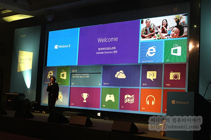 윈도우8 블로거 파티 후기, 윈도우8 파티, 윈도우8 노트북, 윈도우8 터치노트북, 리뷰, 후기,윈도우8 블로거 파티를 다녀왔습니다. 많은 사람들이 와서 윈도우8의 신기능을 살펴보고 새로 나온 윈도우8 일체형 PC와 노트북들을 만져보고 서로 이야기를 나눌 수 있는 시간을 가졌습니다. 제 경우에는 윈도우8을 이미 쓰고 있고 지금은 익숙해져있어서인지 설명보다는 윈도우8 탑제가 된 노트북에 더 관심이 많이가더군요. 마우스 조작으로 하는것과 손가락 터치가 조금 다르니까요. 윈도우8에 대해서 비관적인 부분을 이야기하는 분도 많지만, 제생각에는 윈도우8과 같은 흐름은 계속 이어질겁니다. 사용자들은 편리한것을 쓸 수 밖에 없으니까요. 터치가 되는 노트북, 그리고 앞으로 노트북과 디바이스에 탑제될 윈도우8 , 새로운 사용자들이 계속 쓰다보면 어쩔 수 없이 넘어간다는것이죠. 처음에 윈도우XP에서 윈도우7도 마찬가지였죠. XP는 충분하다고 외치는 분들도 이제는 윈도우7로 거의 다 넘어가버린상태니까요. 관공서같은 곳에서 어쩔 수 없이 윈도우XP를 쓰고있는것을 제외하면 말이죠.    윈도우8을 써보면서 개인적으로 재미이있었던것은 새로운 인터페이스 때문이었네요. 처음에는 좀 뭔가 달라서 불편하기 했지만 지금은 익숙해지니 편하더군요. 윈도우8을 잠깐 만져보고 안만져본사람들은 비관적일테고 계속 만져본사람은 점점 편리한점을 눈에 많이 발견했을 겁니다. 제 경우에는 관리적인 부분을 한 메뉴에 모두 모아두었다는점. 예를 들면 윈도우키 + X 키를 누르면 디스크관리나 시스템 관리에 대한 모든 부분이 다 나옵니다. 그전에는 시작버튼 실행 명령어입력 하는 순서대로 띄우는게 그래도 제일 빠른 방법이었는데 이제는 윈도우키 + X, K 를 입력하면 디스크관리가 바로 뜹니다. 설명해주고 편하고 좋군요. 파일복사를 여러곳에서 동시에 복사를 할 때에도 복사를 모두 한 창에 나타내어주는기능과 일시정지를 해서 제어를 할 수 있는점도 괜찮았습니다. 점점 대용량화되어가는 데이터를 관리할 때 편리한 기능이죠. 이외에도 윈도우8 UI 시작화면에서 친구들의 정보를 좀 더 쉽게 볼 수 있는점도 괜찮네요. 페이스북 대화도 그냥 바로 알람으로 컴퓨터에서 알려주니 이부분도 괜찮았구요.  개인적으로는 아쉬운점은 사소한것이지만 알려진 확장자 숨기기 상태에서 F2키를 누르면 확장자도 함께 보여주면 좋겠다고 생각을 한적있는데 이건 적용이 안되었네요. 컴퓨터 창에도 많은 변화가 생긴점도 재밌습니다. 메뉴를 일일이 클릭해서 들어갈 필요없이 탭처럼 나타나는 메뉴를 옮겨다니면서 설정이 가능합니다. 윈도우7 + 알파라는 점에서 저는 점수를 더 주고 싶긴하네요. 물론 초기에 문제는 발생할겁니다. 블루스크린과 여러가지 문제가 나타나겠죠. 그리고 서비스팩이 나올테구요. 시간이 지날수록 쓸만해질겁니다.  참고로 저는 메인컴퓨터를 윈도우8로 바꿔서 써본지 좀 오래되었습니다. 너무 많은 기능들 때문에 쓸만한게 많았기 때문이죠. 그리고 윈도우7보다 게이밍 성능이 조금 더 올라갑니다. 위에서 빠뜨렸는데 Hyper-V 기능도 좋더군요. 컴퓨터가 사양이 좋다면 그리고 여러가지 역할을 부여하고 싶다면 한번사용해보시기 바랍니다.