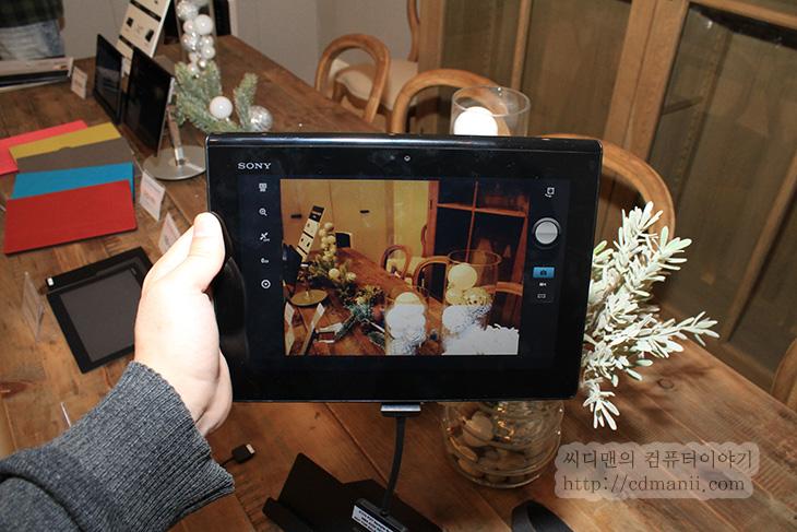 엑스페리아 태블릿s, Sony Xperia Tablet S, Xperia Tablet S, 태블릿s, 사용기, 후기, 제품, 리뷰, IT, 동영상, 핸즈온, 태블릿, 안드로이드, 안드로이드 버전, 테그라3, 테그라3 쿼드코어, 1.4Ghz, 카메라, 화소, 엑스페리아 태블릿s를 사용해봤습니다. 그와 동시에 대여를 해서 계속 만져보고 사용기를 적어봅니다. Sony Xperia Tablet S는 조금 독특한 디자인을 가지고 있습니다. CES2013에서 혁신상도 받은제품인데요. 엑스페리아 태블릿s 윗부분은 뭔가 접어놓은것처럼 생겼고 반대쪽은 우리가 잘 아는 살짝 뽀죡한 그런 태블릿과 같은 형태로 되어있습니다. 이런 독특한 구조 때문에 사용자는 눈감고 손에 쥐어도 방향을 어느정도 느낌으로 알 수 있습니다. 스텐드와 커버가 있는 보호케이스도 나와있는데 윗부분의 독특한 부분에 끼워지는 구조로 되어있습니다. 기본적으로는 CPU는 테그라3 쿼드코어 1.4Ghz를 사용하였고 안드로이드 4.0.3이 탑제되어있습니다. 반응속도는 나쁜편은 아니더군요. 팝업기능도 들어가있고 나름 편리하게 만들어두려고 한 기능들이 보였습니다. 물론 아쉬운점도 조금 있었는데 이부분은 아래에서 설명해보죠.