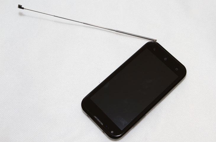 야누스폰, 테이크3폰, KM-S200, 젠하이저, 이어폰, 간단, 사용기, 이용기, 후기, 제품, 리뷰, 사용, 4.3인치, 인치, 1.5Ghz, 스마트폰, 폰, 안드로이드, 진저브레드, qHD, 듀얼스크린, 독일, DMB, IT, 얼리어답터, TAKE, 테이크폰,야누스폰을 사용 해 봤습니다. 테이트3폰 으로도 알려져 있죠. 패키지를 열어보니 젠하이저 이어폰도 함께 들어 있네요. 일반 이어폰 적당히 들어있는것과는 좀 차이는 있네요. 야누스폰 KM-S200은 1.5Ghz 듀얼코어에 듀얼스크린 ,안드로이드 2.3 진저브레드 OS 를 탑제 하였고 4.3 인치의 qHD LCD 를 채용했습니다. 번들로 젠하이저 이어폰도 들어있습니다. 평준화 되어가는 스마트폰에서 번들로 무엇이 들어있느냐 어떤 점이 특화 되어있느냐에 따라서 소비자의 선택 내용이 달라지곤 하죠. 야누스 KM-S200 은 음질쪽을 택한듯하네요. 그 이외에 듀얼 스크린이 된다는 장점이 있습니다. 아직까지 듀얼 스크린을 지원하는 모델은 이것 뿐이니까요. 지금부터 제가 잠시 만져보면서 느낀점을 적어보도록 하겠습니다.