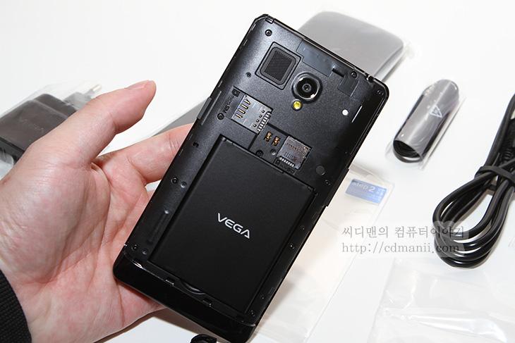 베가 R3 개봉기, VEGA R3, IM-A850S, IT, 스마트폰, 스카이, SKY, 5.3인치, 화면, 베가 R3 화면, 베가 R3 구성품, 리뷰, 후기, 사용기, 제품, 베가 R3 개봉기를 이제서야 적네요. VEGA R3 특징은 이미 설명드렸던거같은데요. 좀 이전으로 돌아가서 이번에는 열어보겠습니다.  베가 R3 IM-A850S는 개봉해보면 제일 먼저보이는게 큰 화면인데요. 5.3인치의 큰 화면을 가지고 있으면서도 생각보다는 손에 딱 쥐어지는 크기를 가지고 있습니다. 하드웨어 버튼을 소프트웨어 버튼으로 활용해서 좀 더 화면을 넓게 쓸 수 있게했으며, 2GB의 로컬메모리 탑제, 1200만화소의 후면카메라 탑재등 재원적으로도 부족함은 없습니다. 이제 정말 베가 R3를 지금부터 개봉해보고 구성품 및 디자인을 살펴보도록 하죠. 좀 다 자세한 성능편 이야기는 맨 하단의 링크를 참고하세요.
