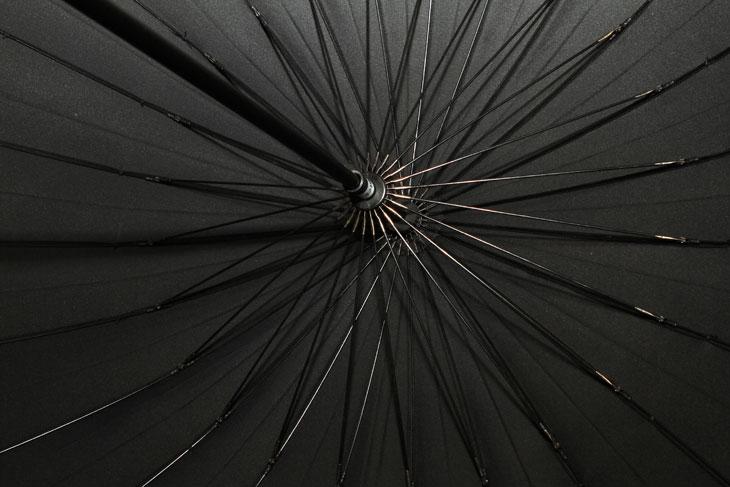 튼튼한 우산, 토스24살, 토스 24살, 토스, totes, 수동장우산, 장우산, 3단, 우산, 엄브렐러, UV, IT, 제품, 리뷰, 사용기,튼튼한 우산 하나 소개 해 봅니다. 토스 24살 블랙 수동장우산 인데요. 그동안 조금 부러진 우산을 들고 겨우 겨우 버티다가 결국 우산을 하나 구매를 했네요. 막상 구매하고 나니 지금 비가 그쳤긴 하지만요. 그전에 들고 다니던 우산이 불편했던건 크기보다는 안튼튼함 이었습니다. 우산의 천을 지지해주는 빗살이 부러져서 축 쳐진 우산을 들고 다녔었거든요. 그래서 튼튼한 우산을 계속 찾아보다가 토스 24살 우산을 보게 됬습니다. 빗살이 24개라서 바람이 쌔게 불더라도 잘 버텨주고 잘 부러지는 빗살 부분이 플라스틱으로 되어있어서 쉽게 부러지지 않습니다. 이제 비가 와도 걱정이 좀 줄어들었네요. 물론 빗살이 많아서 인지 일반 우산보다는 가격이 약간 더 합니다. 그리고 일부러 3단우산처럼 작아지는 우산 말고 장우산으로 선택했습니다. 큰 우산이 좀 더 튼튼하니까요. 그럼 튼튼한 우산 토스 24살 에대해서 알아봅시다.