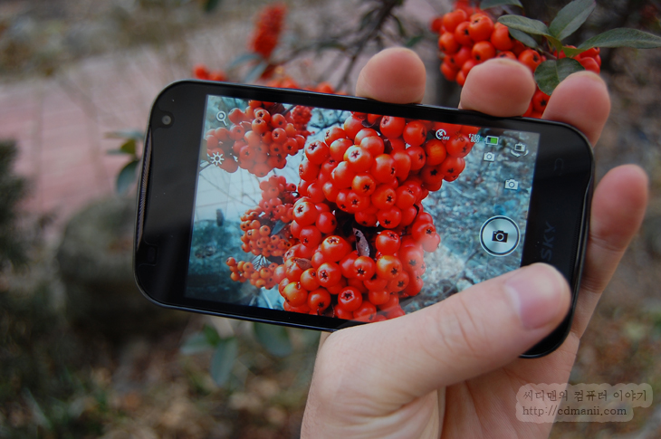 베가 LTE EX, 에어링크, air 파일링크, 파일링크, 장점, 부족한점, 스마트폰, 갤럭시 노트, Galaxy Note, Vega, Vega LTE EX, IT, 사용기, 리뷰, 사진, 과일, 열매, 4G, 시골집 4G, 3G, 속도, 4G 속도, 어플, 서버, 안드로이드 어플,베가 LTE EX 에어링크를 이용하면 찍은 사진들을 좀 더 적극적인 방법으로 친구들에게 보내고 즐길 수 있습니다. 스마트폰이 서버가 되어 다른 스마트폰에서 접속을 해서 가져가는 형태로 할 수 있는데요. 실제로 베가 LTE EX 에어링크를 통해서 제가 찍은 사진을 보내보고 접속해서 사용을 해보았습니다. 이미 다른 스마트폰에 비슷한 기능이 있긴 했지만 WiFi 상태에서만 접근이 가능하도록 해서 어떻게 보면 거의 개인만 사용하는 기능이기도 했는데요. air 파일링크 경우에는 3G나 4G 상태에서도 가능하도록 해서 외부에 있는 상태에서도 서버를 만들 수 있습니다. 물론 비슷한 기능을 가진 어플들이 있지만 air 파일링크의 장점이라면 별도로 어플을 설치할 필요가 없으며 상대방 또한 웹페이지에서 접근을 하므로 별도로 어플을 설치할 필요가 없다는것이 장점입니다.