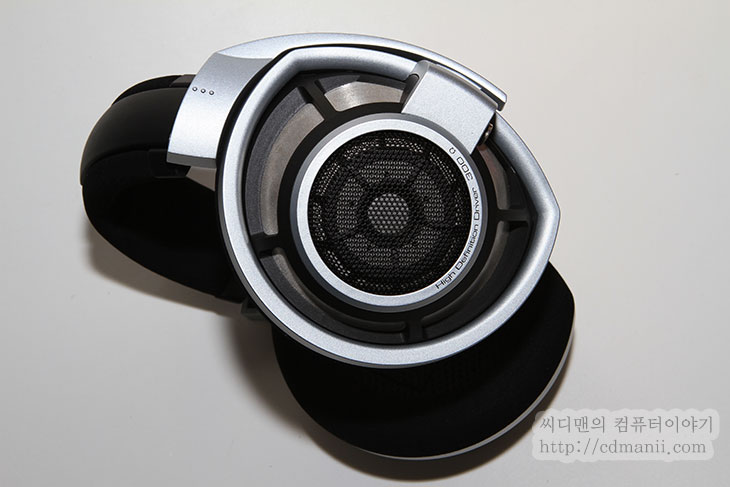 젠하이저 HD800, 젠하이저, 젠하이저 HD700, CES2012, CES 2012, HD700, HD800, 임피던스, 300옴, 150옴, 성능, dB, IT, 음향, 사운드, 제품, SENNHEISER, 박스, 패키지, 해드폰, 고성능, 음감, 사진, CES 2012 후기,젠하이저 HD800을 사용해 보면서 가장 좋았던 점은 상당히 음질이 좋았고 귀가 편안했다는 점 입니다. 안경을 쓰고 있는 저로서는 귀가 물리지 않아서 상당히 편안하더군요. 젠하이저 HD800를 사용시 귀에 닿는 쿠션이 넓고 얇아서 장시간 끼고 있더라도 귀를 누르지 않고 완전히 덮는 형태가 되어서 착용감이 좋습니다. 오픈형으로 되어있어서 주위가 조용해야 좋은 음감을 할 수 있다는 조건이 있긴 했지만, 실제 사용할 때 느낌은 너무 좋았습니다. 잠시 밖에 써볼 수 없다는게 아쉬울 따름이네요.  라스베거스의 CES2012에 전시장을 둘러보다가 젠하이저 부스도 둘러보았는데요. 젠하이저 HD700 과 HD800을 둘다 만져 볼 수 있었고, 무선해드폰인 RS220도 만져볼 수 있었습니다. HD800은 이미 만져본적이 있어서 상당히 반갑더군요. HD700은 이번 CES 2012에서 처음 발표가 되었다는군요. HD800 경우에는 300옴이나 지원하는 고성능 해드폰이기 때문에 앰프에 물려 있더군요. 다만 오픈된 장소에서 여러 사람이 청음해보는 바람에 편안하게 성능을 테스트해보진 못했네요. 미묘한 사운드부터 높은 음까지 들어보도록 테스트를 해주었는데 물론 성능은 상당히 좋을 겁니다. 제가 사용중인 사운드카드에 직접 물려서 테스트시에도 젠하이저 HD800은 상당히 깨끗하고 좋은 소리를 내어주었거든요. 꼭 음악만 들을때가 아니더라도 드라마를 볼 때도 괜찮더군요.