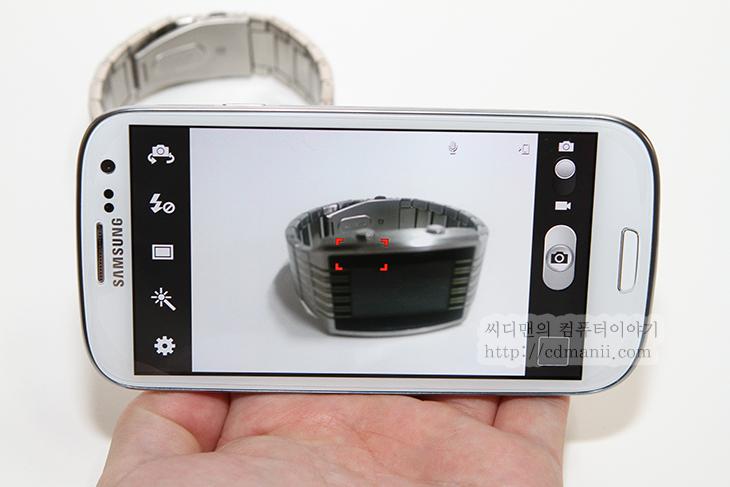 갤럭시S3 카메라 기능, 익히기, 배우기, Galaxy S3, Camera, IT, 모바일, 리뷰, 후기, LTE,갤럭시S3 카메라 기능 익히기  요즘은 관광 명소에서 스마트폰으로 사진찍는 사람들이 참 많이 늘었습니다. 이제 디카보다 스마트폰이 더 많이 보이네요. 갤럭시S3 카메라는 상당히 막강한 기능을 탑재하였습니다.. 덕분에 꼭 카메라를 꺼내서 찍지 않더라도 갤럭시S3를 이용해서도 꽤 괜찮은 사진을 찍을 수 있습니다. 갤럭시S3 카메라를 이용하면 사진을 바로 아는사람들에게 공유할 수 있다는 큰 장점이 있습니다. 최근은 이런것 때문에 SNS 기능을 가지고 있는 카메라까지 등장하는 추세이죠. 그냥 촬영버튼만 눌러서 사진을 찍으셨나요? 그럼 오늘은 카메라 기능에 대해서 자세히 배워봅시다.