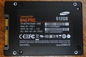 삼성 SSD 840 Pro 리뷰, 프리뷰, 후기, IT, 벤치마크, 삼성 SSD 840 크리스탈 디스크 마크, 크리스탈디스크마크, Crystaldiskmark, SSD 840, SSD 840 Pro, 삼성, MLC, TLC,삼성 SSD 840 Pro 리뷰를 봤는데 성능이 놀랍네요. 21nm 공정의 MLC 타입의 낸드플래시를 사용하였고, 해외의 삼성 SSD 840 Pro 리뷰를 보니 랜덤 쓰기 속도가 특히 크게 향상이 되었고 4K 성능도 많이 올라갔네요. 삼성 SSD 840 Pro의 경우에는 MLC타입을 썼고 정말 Pro 라는 이름에 걸맞게 속도가 올라가버렸네요. 다만 삼성 SSD 840 경우에는 TLC타입의 낸드플래시를 사용하여 비슷한 가격에 용량을 2배로 늘린 형태 입니다. SSD 830 Series 256GB를 이미 사용중인데 만약 SSD 840 을 쓴다면 용량에서는 이득을 보긴 하겠지만 제품 수명에 대해서는 조금은 애매하다는 생각이네요. 실제로 사용자들이 불편함이 없는 수준이라고 수명을 밝혔는데 SSD 840 TLC 타입의 성능 벤치를 보니 4K 쓰기 속도에서 성능이 좀 떨어지는게 보이네요. 아무래도 파일을 많이 쓰고 지울 수록 이런 증상은 더 생길듯하구요. 용량이 커진만큼 이런부분은 어쩔 수 없겠죠.  정리를 해보면 SSD 840 Pro 는 확실히 성능이 올라간것이 맞고, SSD 840 의 경우에는 용량부분에서만 경쟁력이 생겼네요.