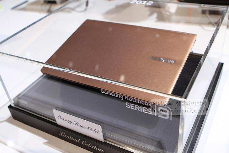 삼성, 시리즈9, 2세대, 삼성 노트북 시리즈9, CES2012, 후기, CES 2012, 럭셔리 로즈 골드, 사용기, IT, 제품, 리뷰, 베젤, 부팅속도, 8.9, 1.4, SAMSUNG, 삼성 노트북, Samsung Notebook Series 9, 울트라북,삼성 시리즈9 2세대를 미리 기자 컨퍼런스에서 보고 난 뒤 다음날 실제로 사용해 볼 수 있었습니다. CES2012 참여차 라스베거스에 왔는데 화려한 밤 거리와는 다르게 낮이 되니 정말 깔끔한 도시로 탈바꿈 하더군요. 일찍 출발해서 CES2012 전시장을 둘러보면서 삼성 시리즈9 2세대 와 울트라북 그리고 스마트TV와 스마트폰등 다양한 제품을 살펴 봤습니다. 시리즈9 경우에는 이전 시리즈9의 외형이 듀랄루민 이었다면 알루미늄으로 바뀌고 외형이 좀 더 세련되어졌으며, 키 백라이트와 긴 배터리 시간 , 빠른 부팅 속도등은 그대로 이어왔습니다. 겉 표면의 재질이 좀 더 딱딱해지면서 화면이 좀 더 보호 받고 있다는 느낌은 받았구요. 일부러 손으로 모니터 뒤를 눌러보기도 했는데 알루미늄 재질로 바뀌어서 확실히 딱딱하네요. 은색의 외형이 날렵하면서도 남성다운 느낌을 주었습니다. 예전에 저 역시 어떤 노트북을 구매했을 때 그런 디자인의 것을 구매한적이 있거든요. 스크레치도 잘 남지 않고 외형 느낌이 좋아서 빛을 받았을 때에도 느낌이 괜찮았었습니다.  시리즈9 2세대는 전 세대보다 화면이 더 커졌지만 얇은 베젤을 쓰면서 전체적인 크기가 더 작아졌고 외형이 알루미늄으로 바뀌면서 좀 더 견고해졌습니다. 화면을 닫았다가 다시 켜는데 1.4초면 켜지며 콜드 부팅시에도 9.8초면 완전히 켜 집니다. 키보드 백 라이트를 지원하는점도 괜찮았구요. 다만 알루미늄 무게 때문인지 약간은 무게가 느껴지더군요.
