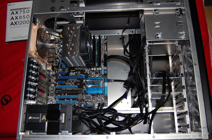 커세어 AX850 소음, 팬 소음, 팬안돌아가요, 팬이 안돌아가요, 120mm, 80%, a, amaxz, AmaxZ NT, an, AR, AWG, AX1200, AX750, AX850, Corsair, CORSAIR PROFESSIONAL SERIES, FLUKE, FLUKE-117, Good, good powersupply, It, Peak, Power, Power Supply, PowerSupply, recommand, recommand power, supply, v, voltage, W, WaT, 고급파워, 골드, 골드마크, 리뷰, 보호회로, 볼티지, 블랙, 솔리더 캐패시터, 솔리드 콘덴서, 시소닉, 아맥스, 안텍, 안텍코리아, 암페어, 애너맥스, 얼리어답터, 올블랙, 일제, 전력, 전력량, 전력사용량, 전류, 전압, 정류콘덴서, 좋은, 좋은 파워서플라이, 좋은 파워서플라이 란, 좋은파워서플라이, 추천, 추천 파워서플라이, 추천파워, 커세어, 커세어 파워, 케이블, 콘덴서, 타간, 파워, 파워 추천, 파워서플라이, 파워서플라이 추천, 파워서플라이 팬, 파워서플라이추천, 파워추천, 평활콘덴서, 피크, 하네스, 효율, 효율80%, 효율90%, 효율골드, 커세어 AX850는 극저소음 파워서플라이 입니다. 팬이 안돌기 때문에 소음이 없지요. 파워서플라이에 보통 출력수치를 적어놓게 되는데 AX850은 850W가 스펙상 출력이 가능 합니다. 커세어 AX850 시리즈는 이 수치의 20% 내로 사용시에는 팬이 동작하질 않습니다. 즉 850W x 0.2 = 170W 만큼 사용시에는 팬이 안돌아간다는 것이죠. 보통의 시스템이라면 웹서핑을 하고 동영상 보는정도로는 이정도 수치를 보통 넘지를 않습니다. 그래서 팬이 돌아가질 않지요. 170W 이상을 계속 사용시에는 천천히 팬속도가 올라가서 돌게됩니다. 그렇더라도 사람 귀에 들리는 20dB 이상 수준이 되려면 510W 이상을 써야 합니다. 제 본체는 배틀필드3를 해서 과부하를 줘야 300W 수준을 넘어서 겨우 팬이 돌아가는것만 보았네요. 팬이 천천히 돌아가기에 소음을 느낄 수 없었습니다. 파워서플라이를 물론 귀에 붙이고 쓰는 분은 없을테니 소음을 느낄 수 가 없지요.