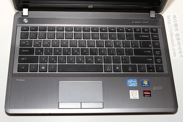 HP ProBook 4441s, HP, B8Z85PA, 프로북, 개봉기, ProBook 4441s, 디자인편, IT, 리뷰, 노트북, Notebook, 아이비브릿지, 3세대 코어 프로세서, HD4000, HD7650M, 구성품, 어댑터, 출력, 90W,HP ProBook 4441s B8Z85PA HP 프로북 개봉기 디자인편  인텔 3세대 코어프로세서 i5를 사용한 HP ProBook 4441s B8Z85PA를 개봉해봅니다. 14인치 화면을 가지고 있으며 Intel Core Ivy Bridge i5-3210M 프로세스를 사용하고 ATi Mobility Radeon HD 7650M 를 탑제한 노트북 입니다. B8Z85PA는 SSD 탑제 모델은 아니고 750GB의 HDD를 탑제한 모델 입니다. HD4000 그래픽을 사용할 수 있으며 그래픽전환을 이용하여 HD 7650M도 사용할 수 있어서 어느정도의 게이밍 능력을 가지고 있습니다. 두께는 약간 두껍지만 오른쪽 숫자키패드를 없앤 컴팩트한 14인치 크기를 가지고 있습니다. 이번시간에는 HP ProBook 4441s B8Z85PA의 구성품과 박스등 개봉기에 대해서 알아보고 다음시간 글에는 본격적으로 성능과 소음 그리고 사용성에 대해서 알아보도록 하겠습니다.
