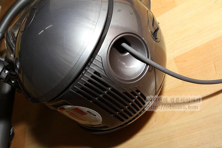 다이슨청소기 DC37, dyson DC37, 사용기, 리뷰, 후기, IT, 청소기, 케이블, 허리케인, 먼지통, 분리, 동영상, 던지기, 드랍 테스트, 다이슨 청소기, dyson, DYSON,다이슨청소기 DC37를 사용해보면서 느낀점을 적어보도록 하겠습니다. 청소기는 저렴하게 구매해서 쓰면 그만이라고 생각했지만 점점 일회용 봉투가 아닌 비우는 형태의 청소기가 나오면서 좀 더 사용자 취향에 맞춘 모델이 많이 나오기 시작했습니다. 다이슨청소기 DC37도 세세히 뜯어서 살펴보니 왜 가격이 비싸고 좋은 청소기인지 알겠네요. 우리나라 경우에 다이슨 청소기를 물론 아는 분들은 알지만 가격이 훨씬 저렴한 우리나라 대기업 청소기에 더 쉽게 손이 가는경우가 많은데요. 해외의 경우에는 다이슨경우 직접 사용자가 참가해서 모델을 만들때 도움을 주기도 하고 디자인을 하거나 직접 모델을 만드는등 대회등도 많이 한다고 하네요.  영상을 찾다가 실제로 공장에서 테스트하는것으로 보이는 영상을 봤는데요. 실제로 저런식으로 테스트를 해서 검증된것이 나온다면 실생활에서는 정말 걱정없이 쓰겠구나 싶더군요. 그럼 지금부터 박스를 열고 살펴볼까요?