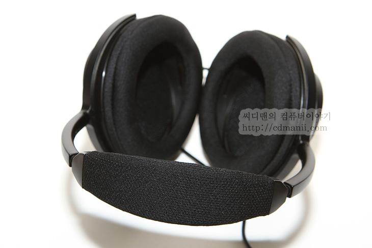 Sony MDR-MA900, MDR-MA900, 사용기, 스트레오 헤드폰, Sony MDR-MA900 사용기, IT, 스피커, 제품, 리뷰, 후기, 느낌, 70mm 드라이버, 유닛, Sony MDR-MA900 사용 느낌으로는 귀를 편안하게 감싸고 약간 가벼운 느낌이 드네요. 음감은 소리가 깨끗한 느낌입니다. 참고로 뒤가 열려있어서 음차폐가 완전히 되는 타입은 아닙니다. Sony MDR-MA900 사용 느낌상으로는 젠하이저의 HD800 느낌 아주 살짝 비슷합니다. 쿠션은 아주 두꺼운 편은 아니지만 둥글고 넓게 되어있어서 귀가 안쪽으로 쑥 들어가서 귀가 눌리는 타입은 아닙니다. 그리고 전체적으로 가벼워서 착용감은 괜찮더군요.  스피커의 외부 부분은 구멍이 여러개 뚫린듯한 모양으로 되어있으며 전체적인 디자인도 슬림하면서도 부피가 있어서 모양세는 깔끔합니다. 뒷부분에서 보면 개방이 되어있어서 공간감을 주도록 되어있습니다. 물론 이런 디자인 때문에 귀에 좀 더 편안하게 사용되는 점도 있습니다. 그리고 70mm 대형 드라이버를 쓰면서도 200g 이 안되는 가벼운 무게도 인상적인 제품입니다. 전체적으로 꽤 안정감있는 사운드를 들려주며 입문용 헤드폰으로는 상당히 괜찮은 제품 입니다.