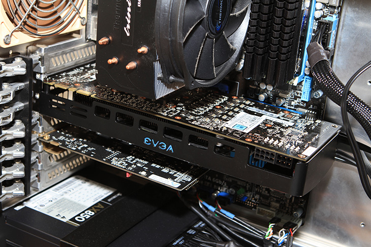 1536MB, AX850, Crysis2, directx, EVGA GF GTX580 DS SuperClocked DDR5 1.5G 사용기, EVGA GTX560 Ti, EVGA GTX560 Ti DS, EVGA GTX580 DS, Game, GEFORCE, It, Review, 게이밍, 게임, 다이렉트x, 디테일샷, 리뷰, 박스, 사용기, 사진, 외형 사용기, 제품, 지포스, 커세어, 크라이시스, 크라이시스2, 크라이시스2 그래픽카드 추천, 후기, EVGA GF GTX580 DS SuperClocked DDR5 1.5G를 사용해 볼 수 있는 기회가 있어서 써 봤습니다. 예전에 GTX560 Ti 를 쓰고 있었는데요. 같이 놓고 서로 비교해보니 당연하겠지만 성능 차이가 많이 나네요. 크라이시스2를 해봤을때 Ultra 최고 옵션에서 프레임이 60프레임이 나오네요. 크라이시스2 그래픽카드 추천 제품으로 손색이 없는 제품이네요. EVGA GF GTX580 DS는 근데 가격대가 약간 있는 제품입니다. 약간은 마니아들을 위한 제품이죠. 크라이시스2 게임이 Crysis 에 비해서는 최적화가 많이 되었다고 하지만 그래도 고사양게임이긴 한데 최고 옵션에서 무리 없이 모두 소화해내버리네요. 최저 프레임 떨어지는 것을 45정도 떨어지는걸 보긴 했지만 그 이하로는 안떨어지네요. 게임을 많이 하시고 화려한 효과와 프레임이 중요하신 분들은 EVGA GF GTX580 DS를 자세히 봐주시기 바랍니다.